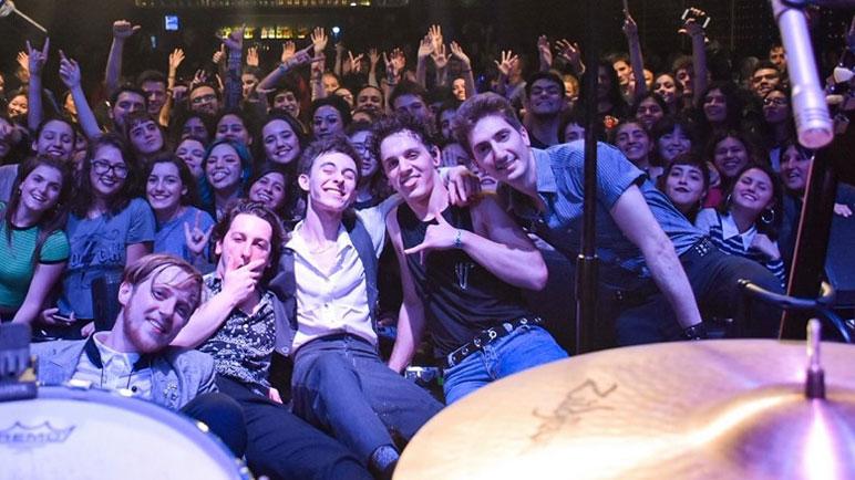 Los Joystick junto a sus fans en una de sus últimas presentaciones.