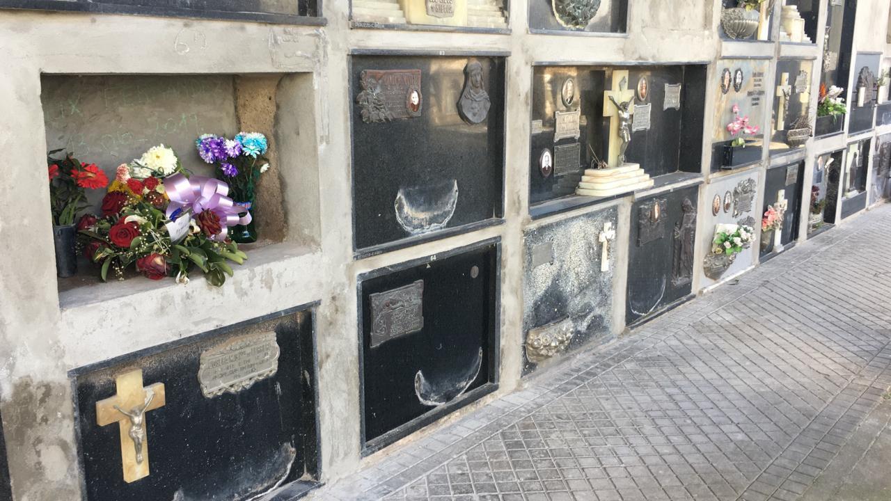 Placas de bronce, jardineras y fotografías entre otras cosas, fueron sustraídas.