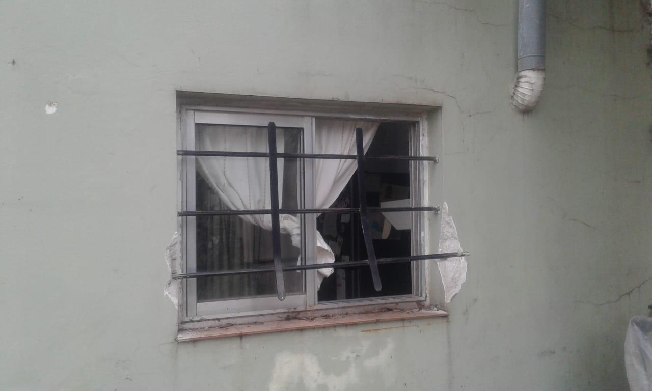 La ventana por donde ingresaron los ladrones en 9 de Julio al 500 de Pujato.
