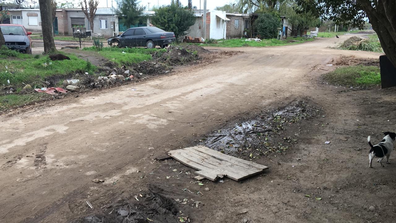 La calle y la cuneta esperan por ser reparadas.