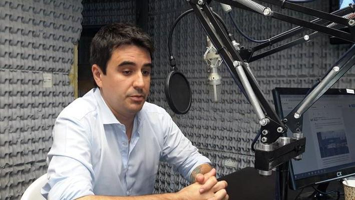 El concejal Eduardo Toniolli en los estudios de Sí 98.9.