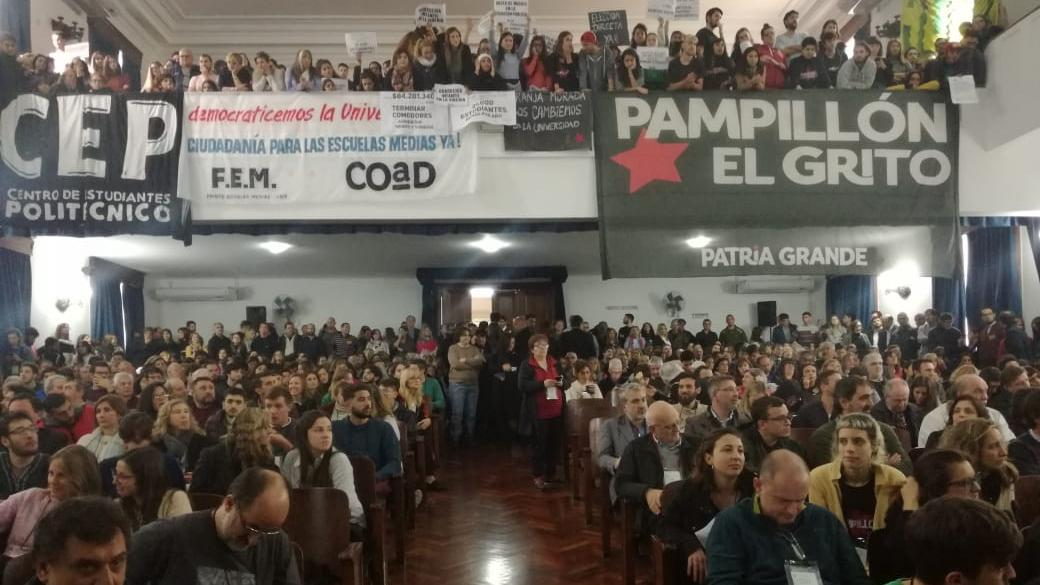 El auditorio de Ingeniería, a pleno por la elección del rector.