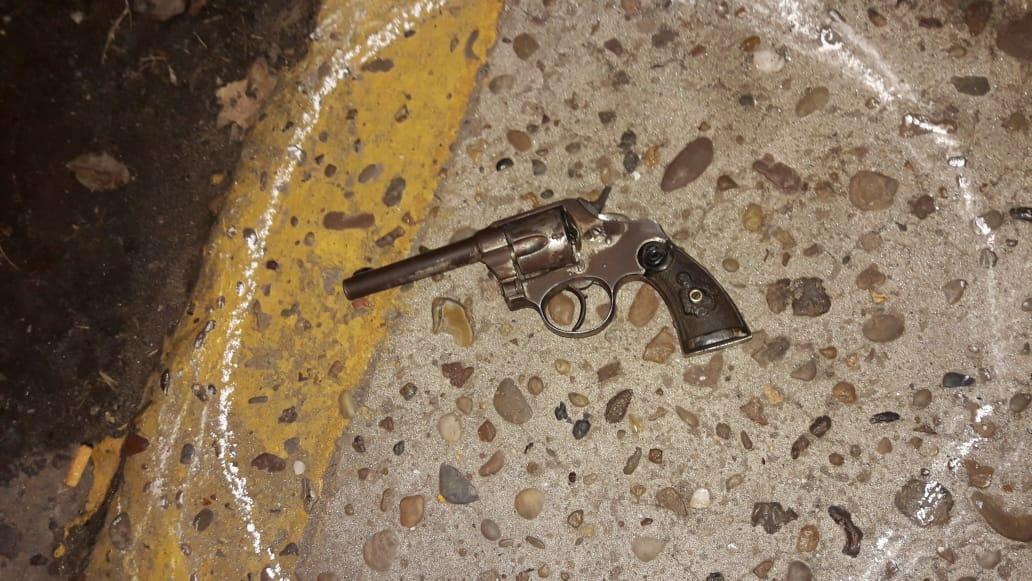 El revólver calibre 38 que habría tenido en su poder el hombre abatido, Maximiliano Rosasco, de 35 años.