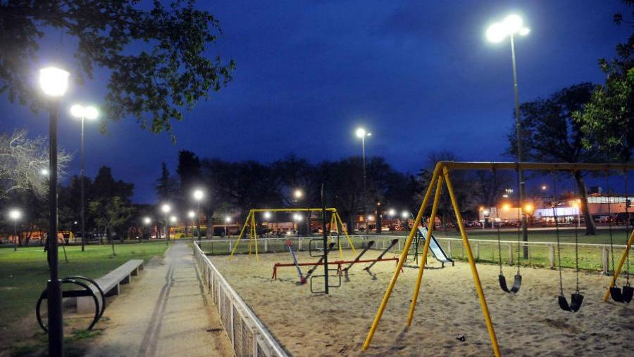 Quieren que los espacios públicos se iluminen con luces rosarinas.