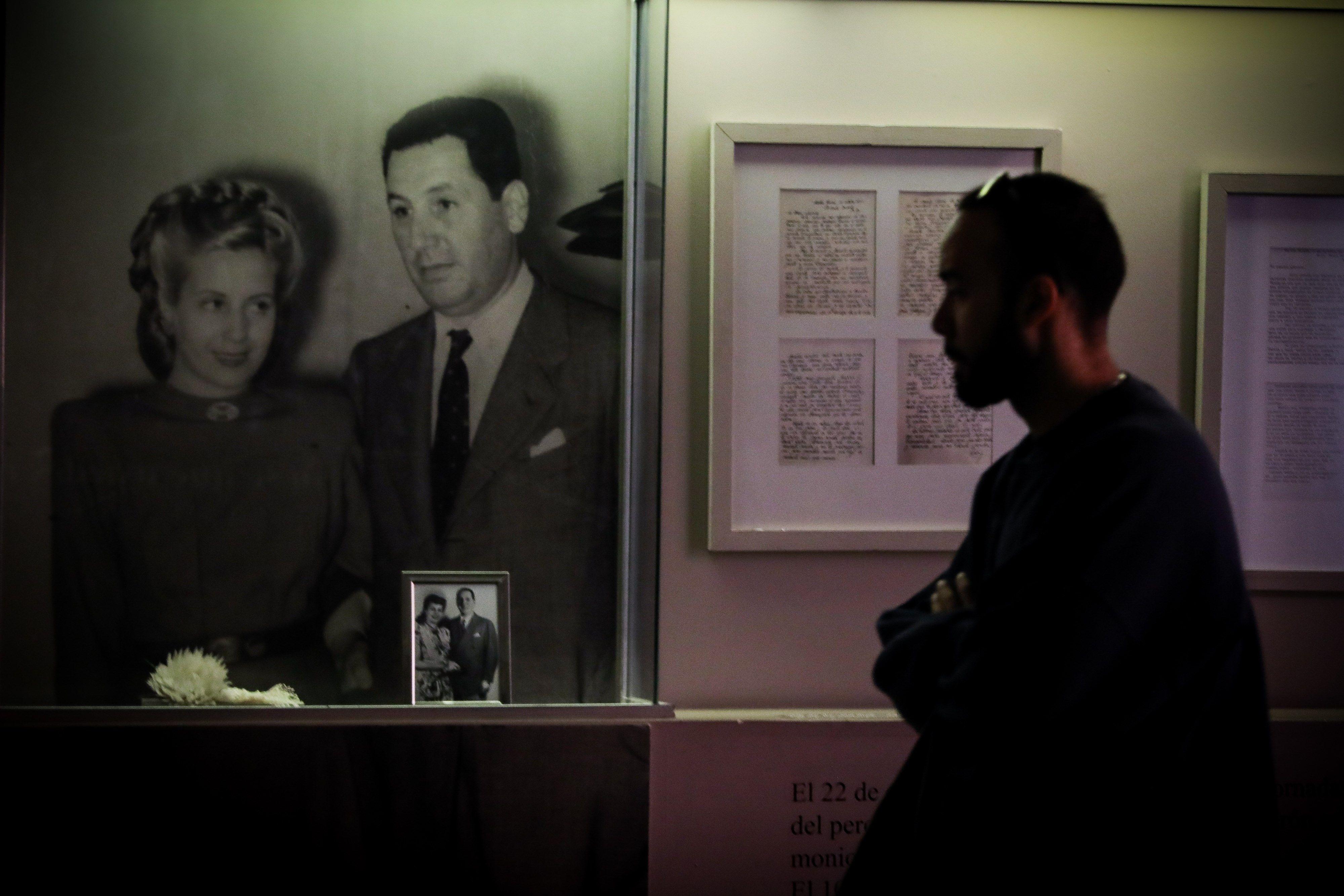 Un visitante del Museo Evita de Buenos Aires. (EFE)