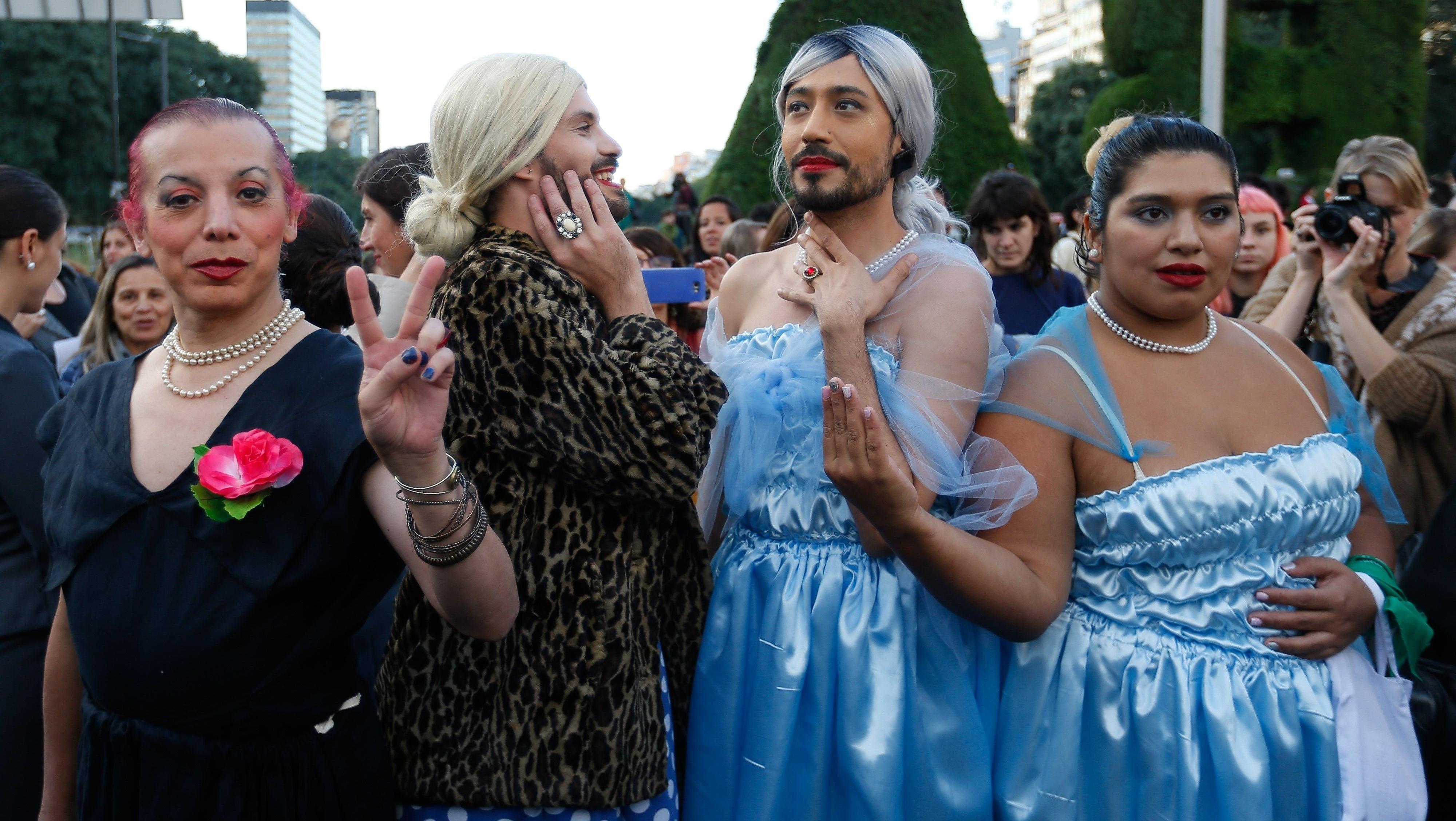 """Bajo la consigna """"Evita el macrismo"""", cien mujeres """"invocaron""""la figura deEvaPerón,que este martes cumpliría 100 años. Fue en una representación teatralizada en el centro de Buenos Aires."""