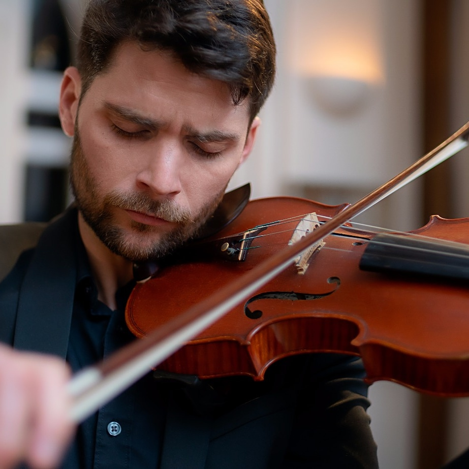 Sanz comenzó su carrera en Rosario y ahora dirige la orquesta de tango en París, reconocida usina del estilo de los arrabales.