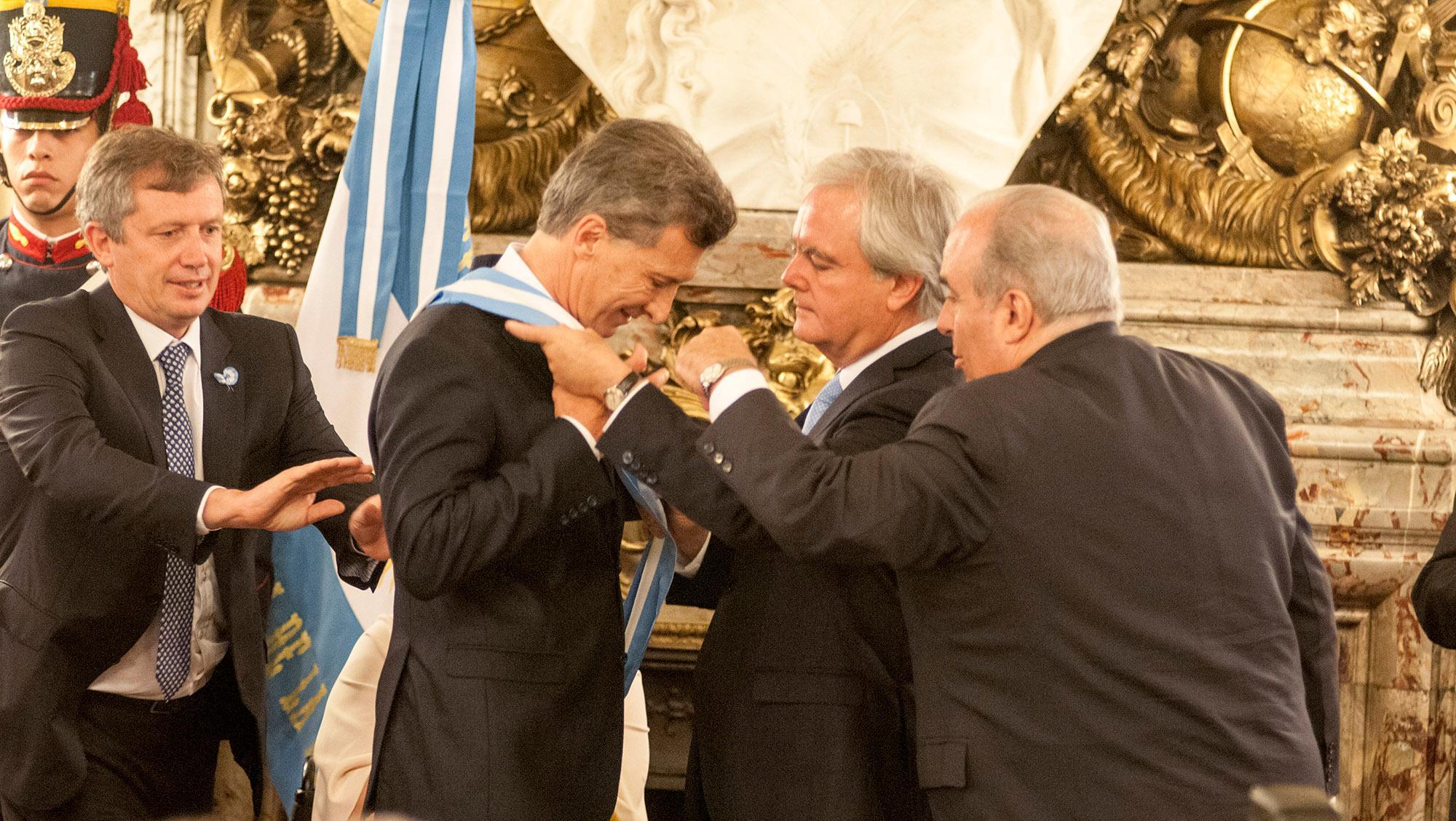 Pinedo junto a Mauricio Macri en el recibimiento de los atributos.