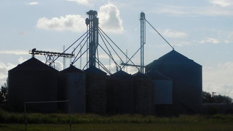 Terra Pampa tiene sus silos instalados en un extremo del Bv. 25 de Mayo.