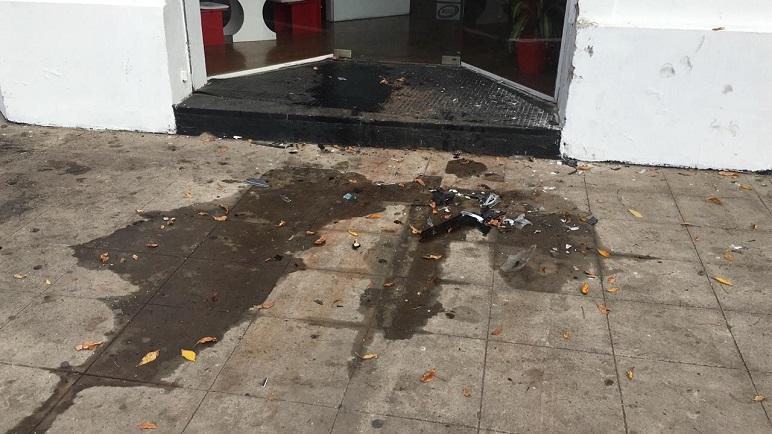 Los restos de aceite, combustibles y plásticos frente al local de ropa.