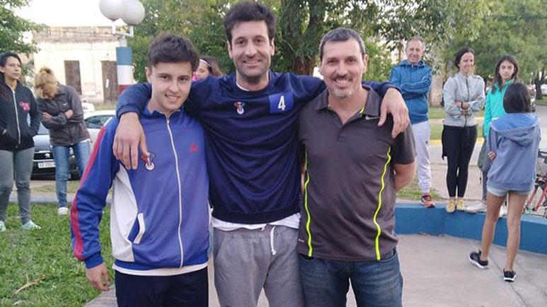 Juan Cruz Marchegiani, en el medio, junto a su mentor, Pablo Foresi, a la derecha.