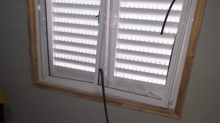 La ventana por la cual se colaron los intrusos.