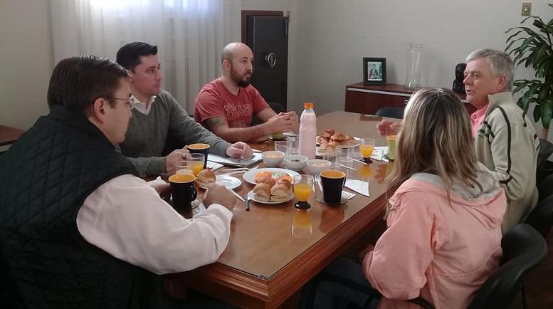 El presidente de la vecinal, Oscar Unrein, dialogando con el Intendente.