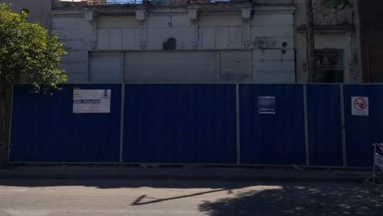 Las chapas que tapan la labor de los obreros en el edificio de Buenos Aires 2200.