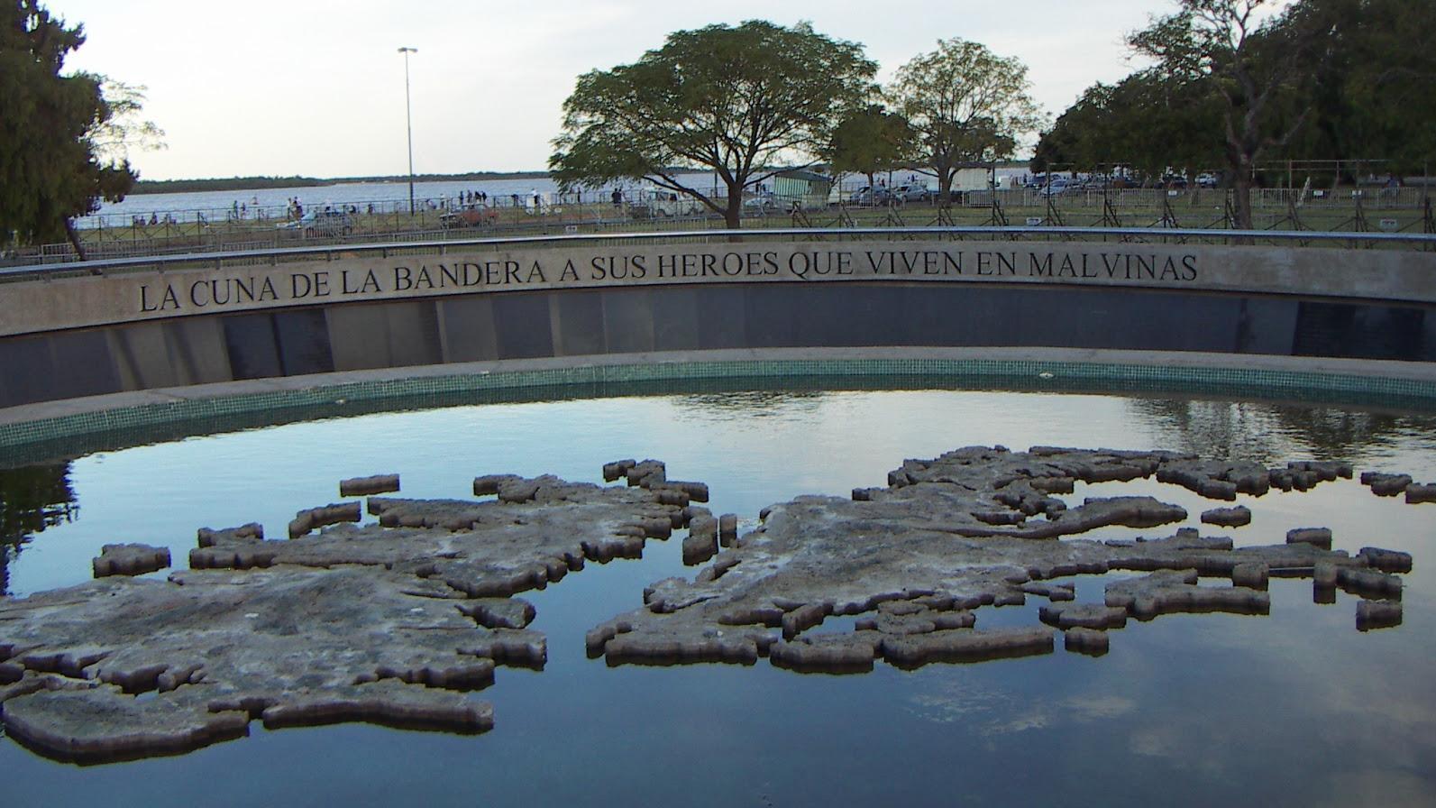 Hasta ahora, el monumento junto al río es el único homenaje de la ciudad a los héroes.
