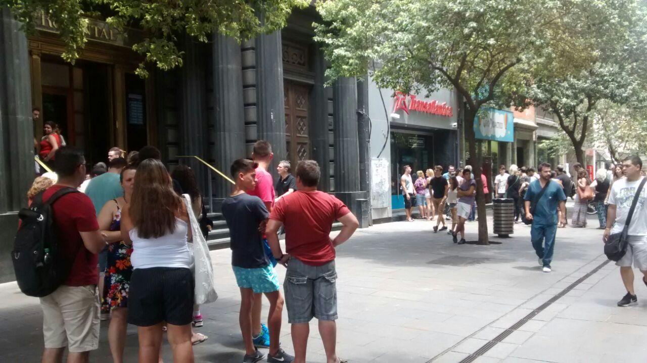 Largas filas en Córdoba al 1400 para comprar dólares.