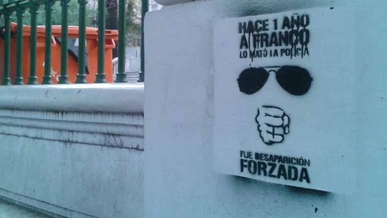 Pintada frente a tribunales federales a un año de la desaparición de Franco.