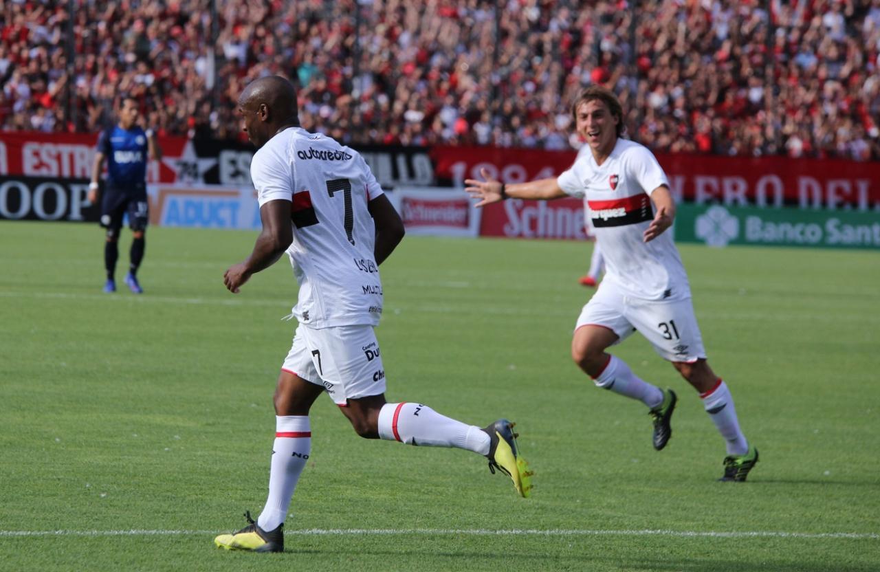 El delantero grita el gol (Rosarioplus)