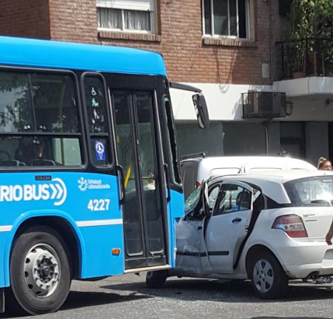 Así quedó el vehículo cuando el colectivo impactó en su costado izquierdo.