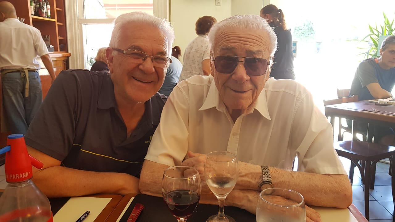 Eduardo junto a su padre de 93 años