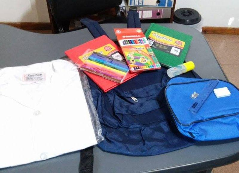 Cada chico recibirá la mochila con los útiles que necesita para volver a clases.