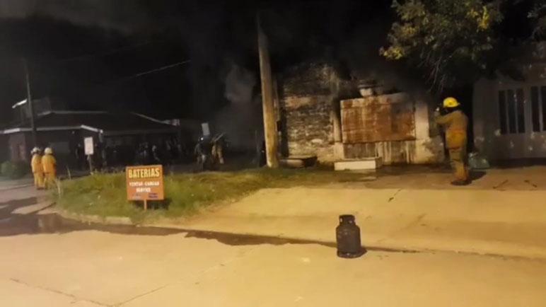 Las pérdidas fueron totales. No hubo heridos y el fuego fue controlado después de una hora y media de trabajo.