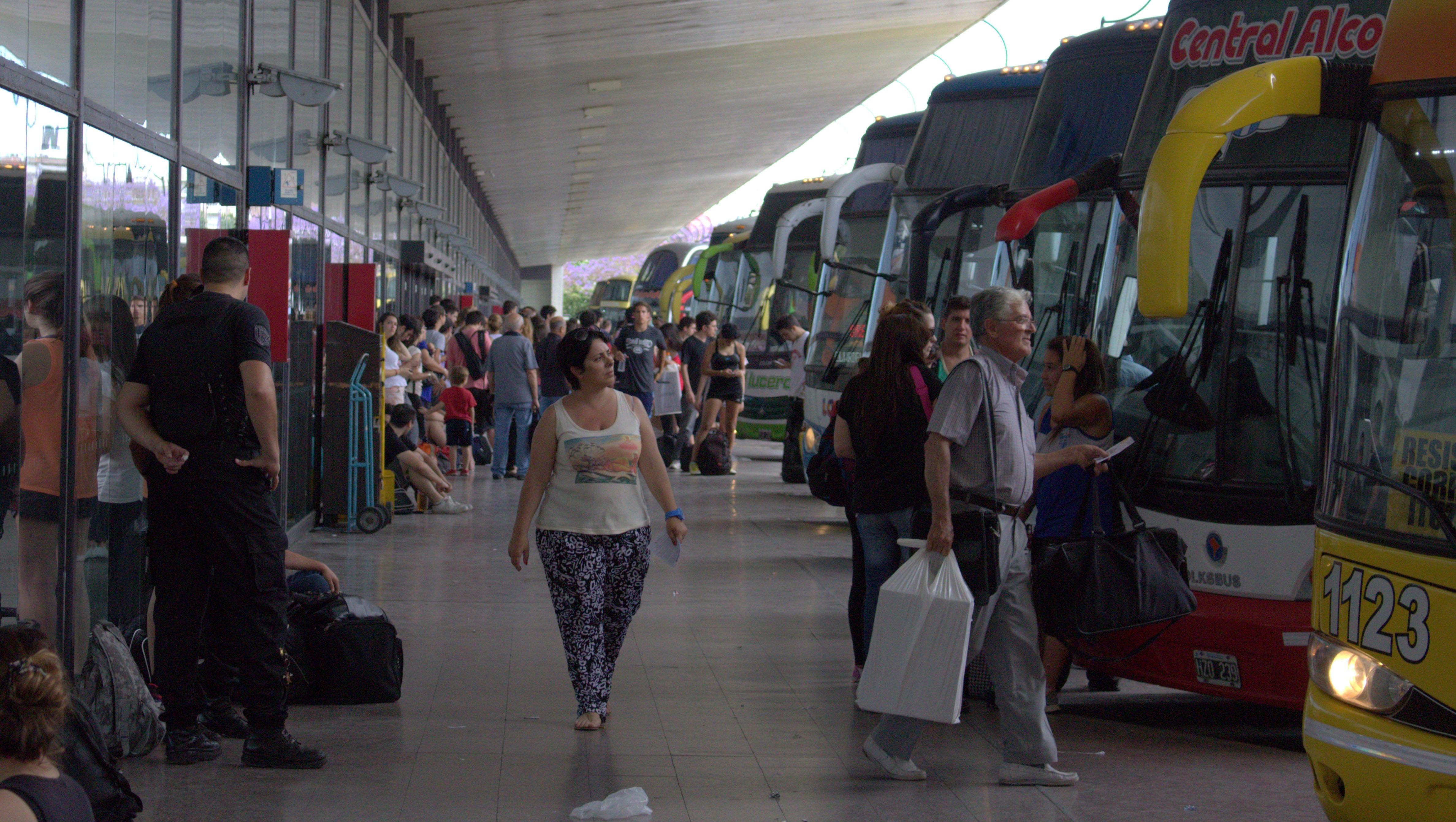 Un grupo de pasajeros denunció abusos y amenazas por parte de los maleteros de la terminal.