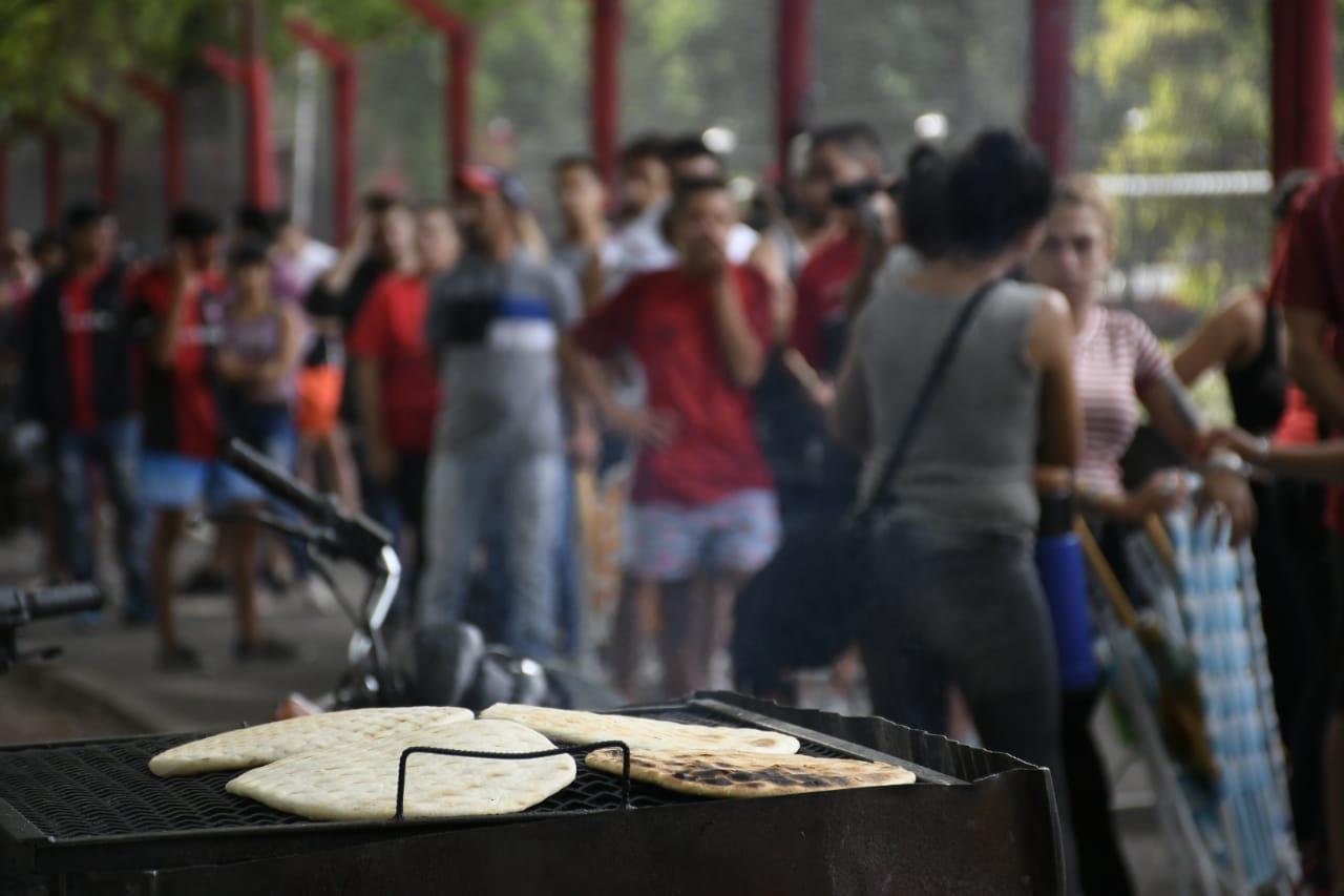 Los hinchas esperaron animados entre choris, tortas fritas y pan asado.