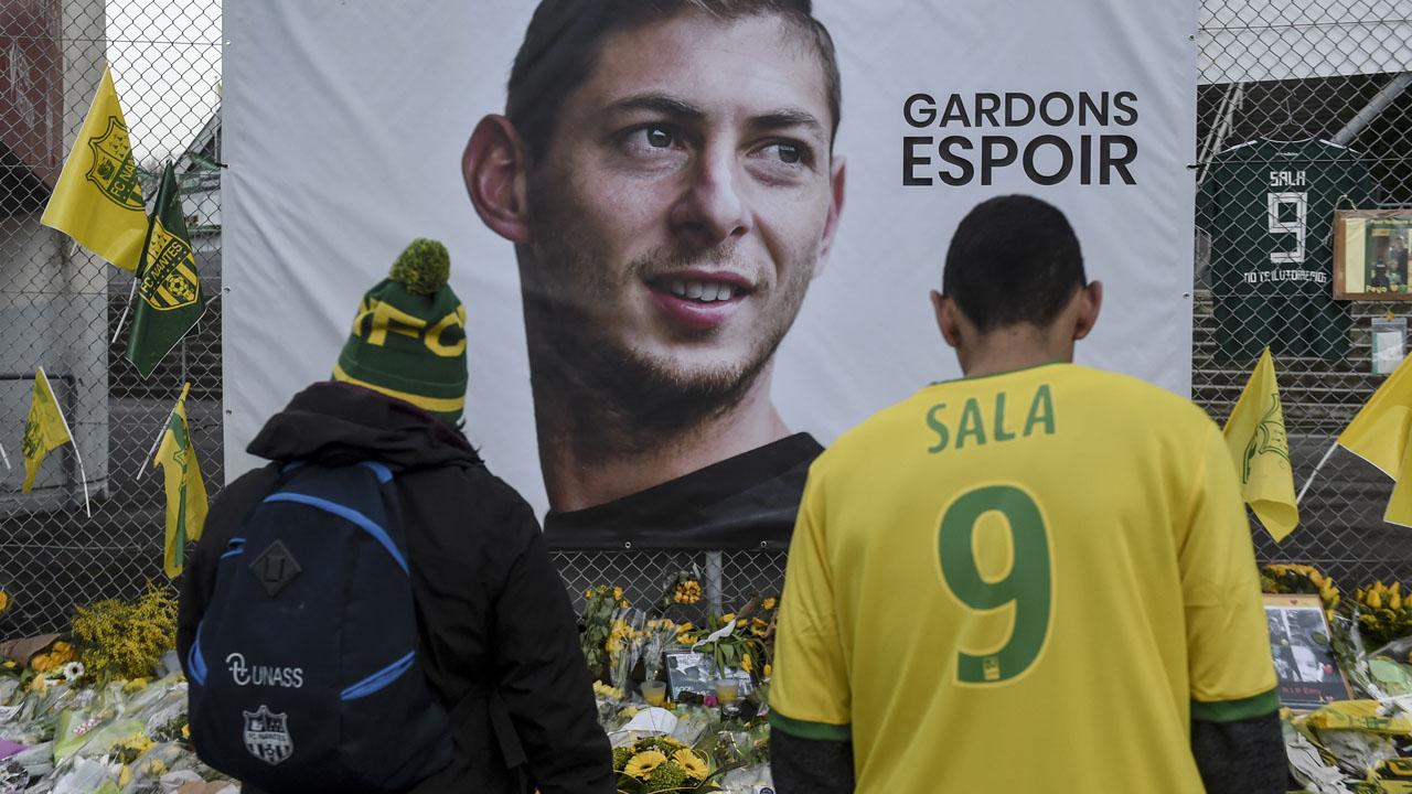 La afición del Nantes, impactada por la confirmación de la muerte del delantero.
