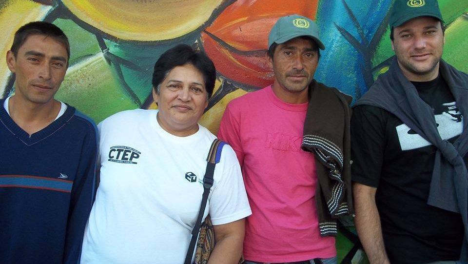 Mónica Crespo junto a otros militantes sociales.