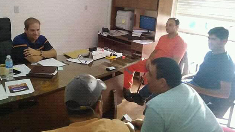 El presidente comunal, Ezequiel Ruani, reunido con el gremio en su despacho.