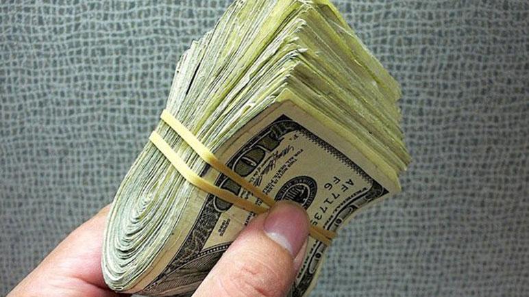 La joven que encontró el dinero pide que le digan el monto exacto de lo hallado.
