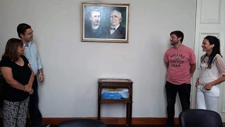 El retrato junto a los dos artistas que lo pintaron a la derecha.
