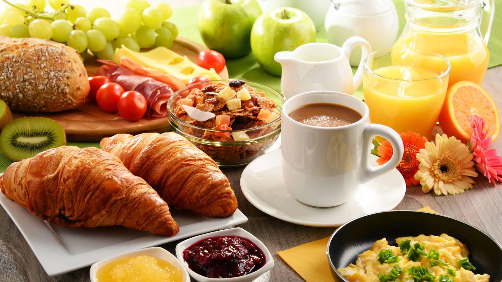 Un equipo de investigadores analizó el efecto de desayunar regularmente sobre el cambio de peso.