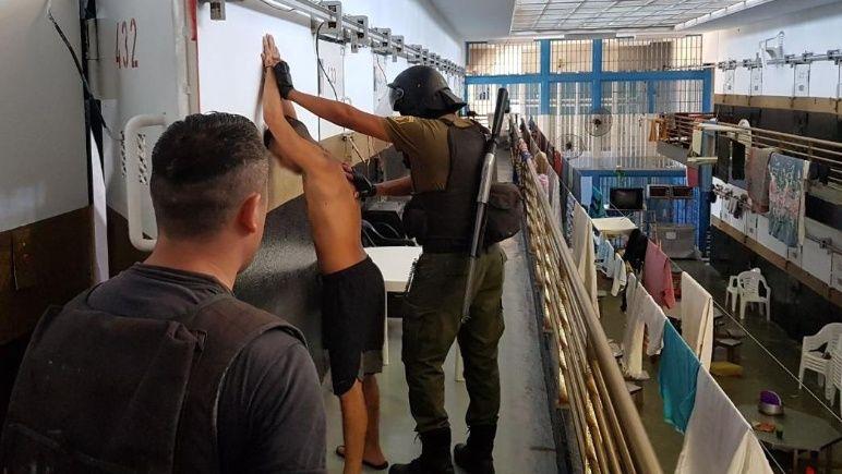 Los detenidos guardaban los celulares bajo una baldoza o en colchones.