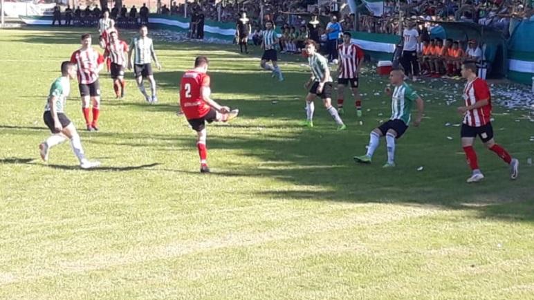 La final arrancó con fútbol y terminó con disturbios. Leiva hizo el primer gol.
