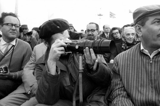 El rosarino revolucionario es tomado en un momento que oficia de fotógrafo.