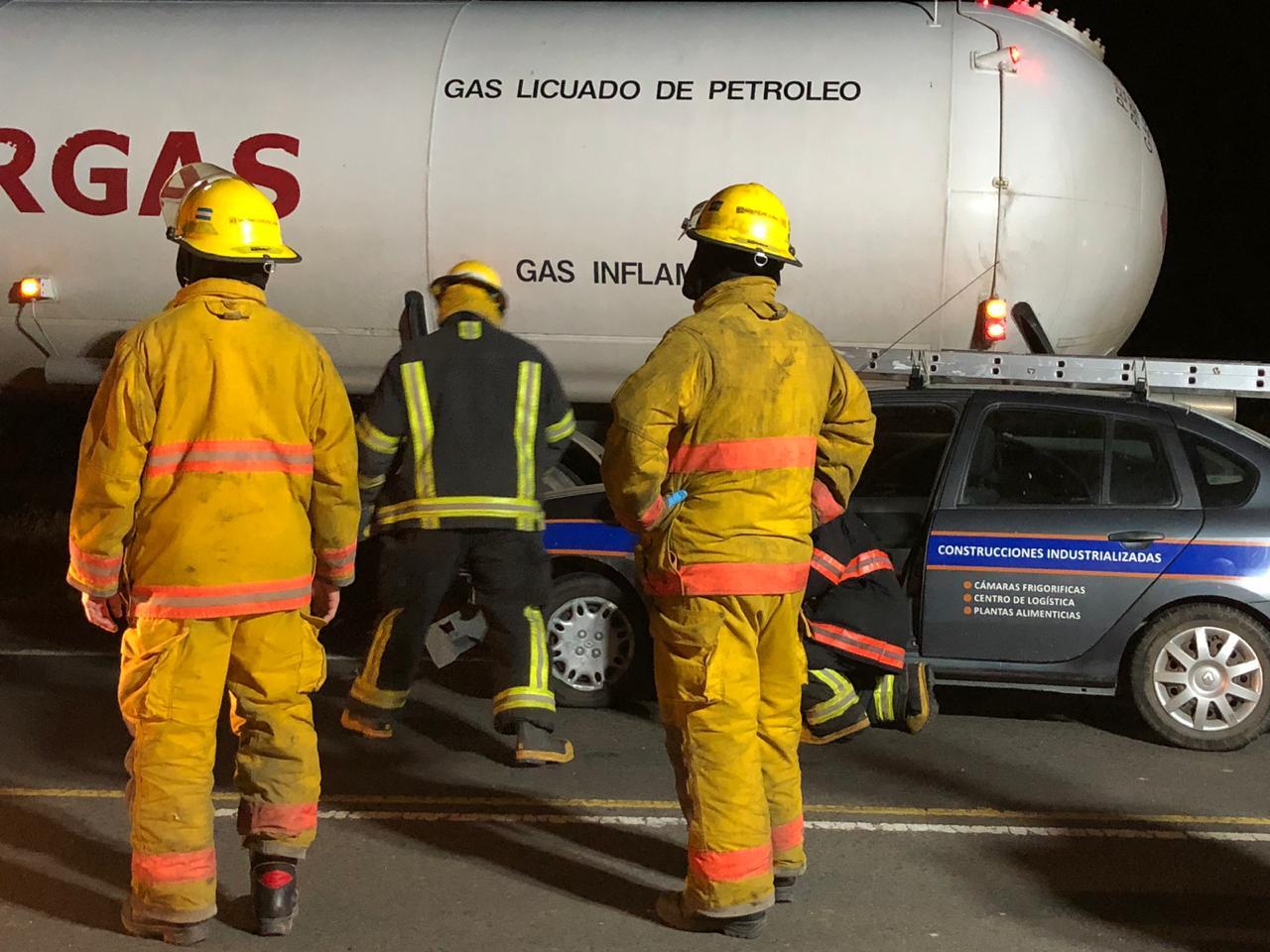 Bomberos de Casilda y Pujato trabajaron codo a codo en tareas de rescate.