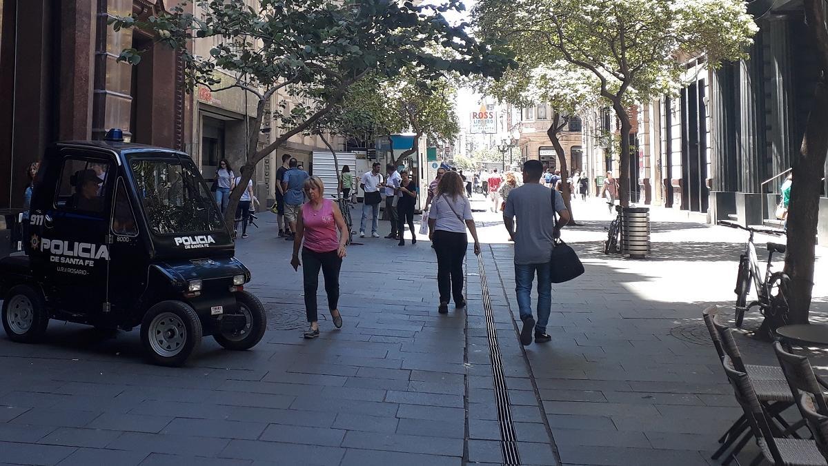 Una patrulla policial, este miércoles, a metros de donde ocurrió el robo.