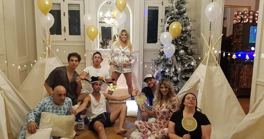 Chocitas en el living y muchas risas con sus invitados a la pijamada.