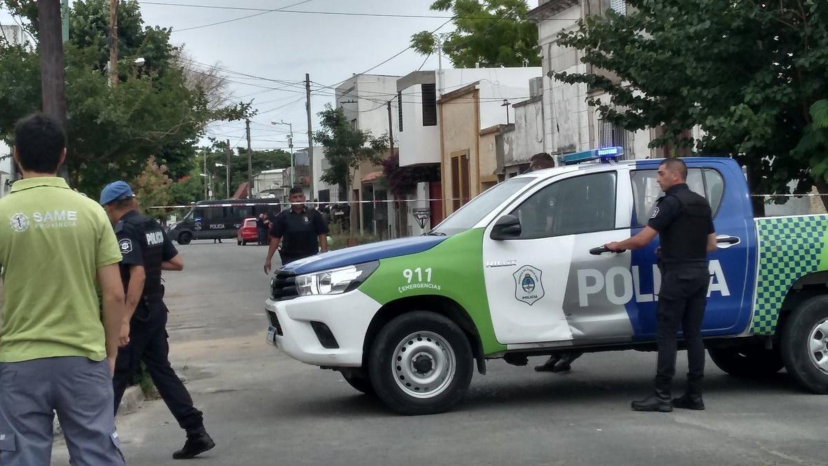 La policía cercó la vivienda donde se atrincheró el homicida.