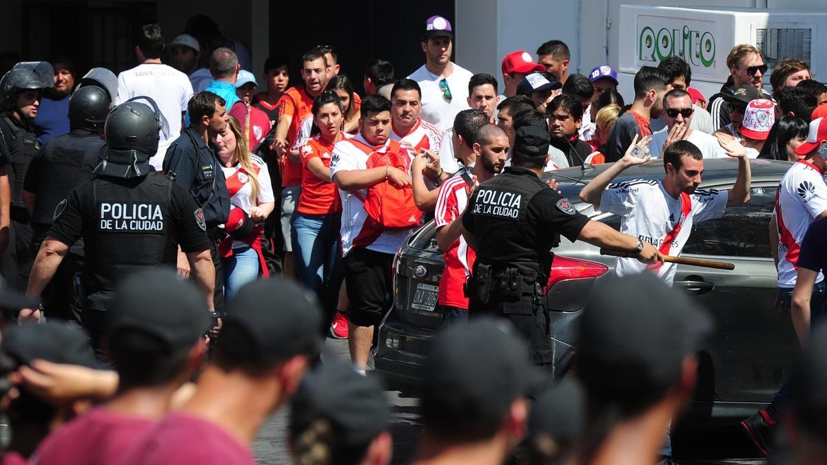 Los hinchas desbordaron los cordones policiales afuera y adentro del estadio.