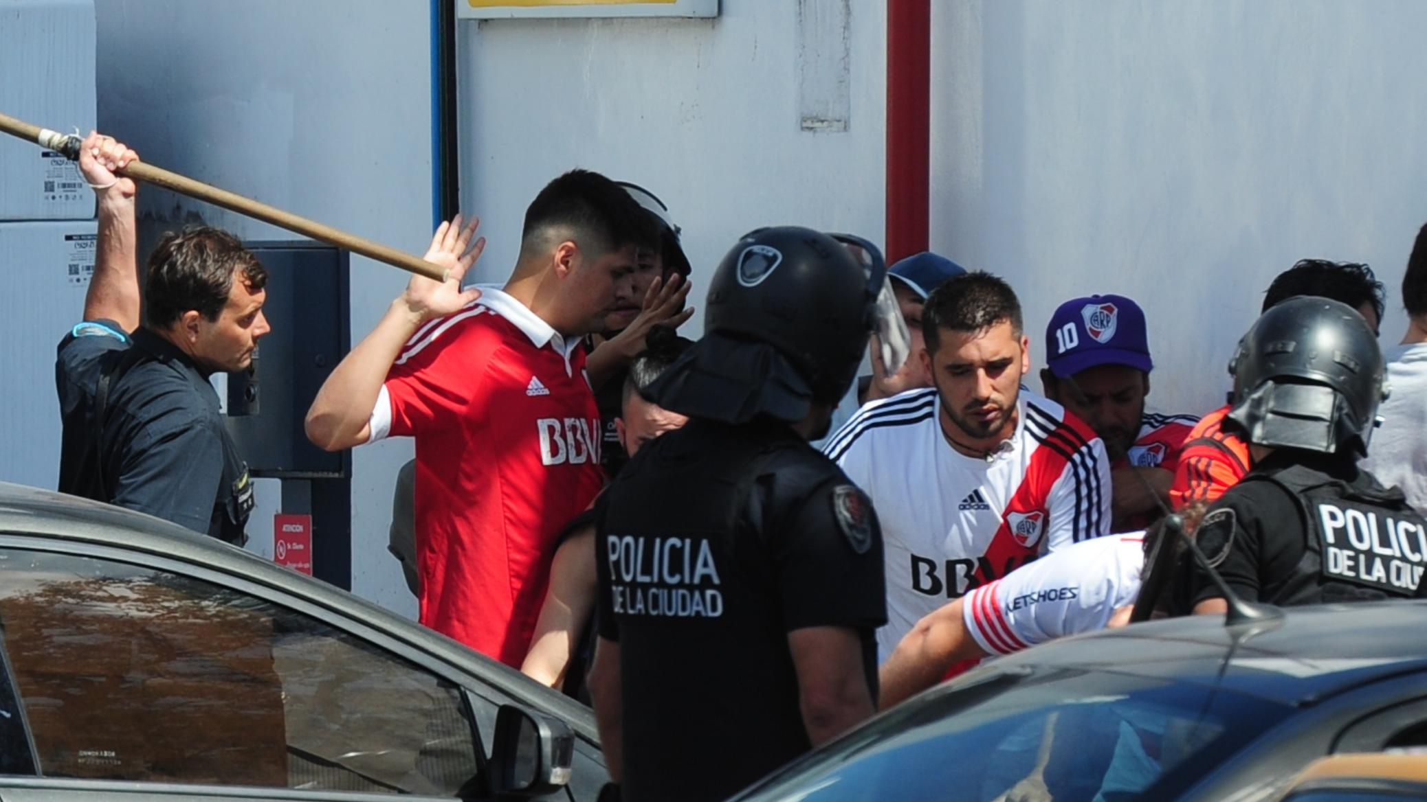 Incidentes durante la llegada del ómnibus que llevaba a los jugadores de Boca al Monumental.