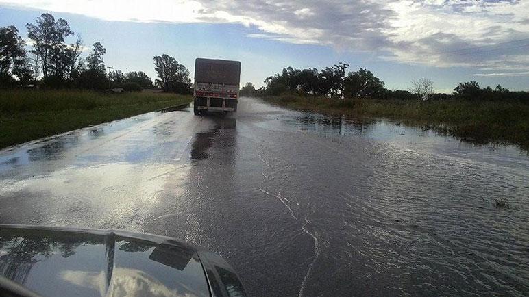 En la zona más baja de la 33 se acumula agua cada vez que llueve intensamente.
