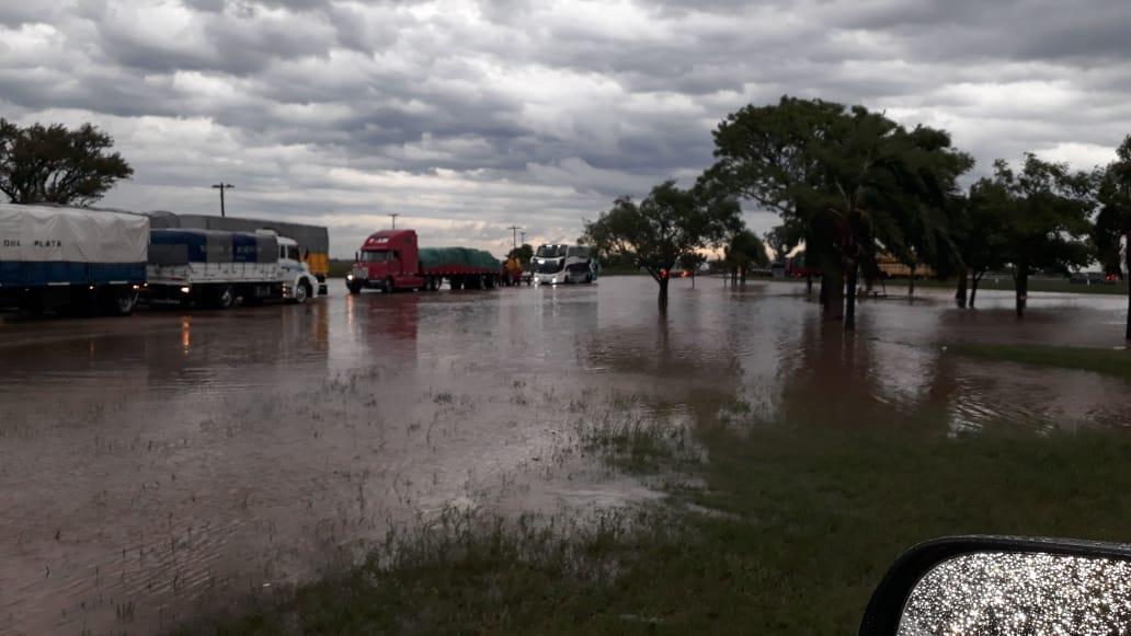 La ruta 11, en la zona de Nelson, con mucha agua sobre la calzada (Foto: @mariogaloppo)