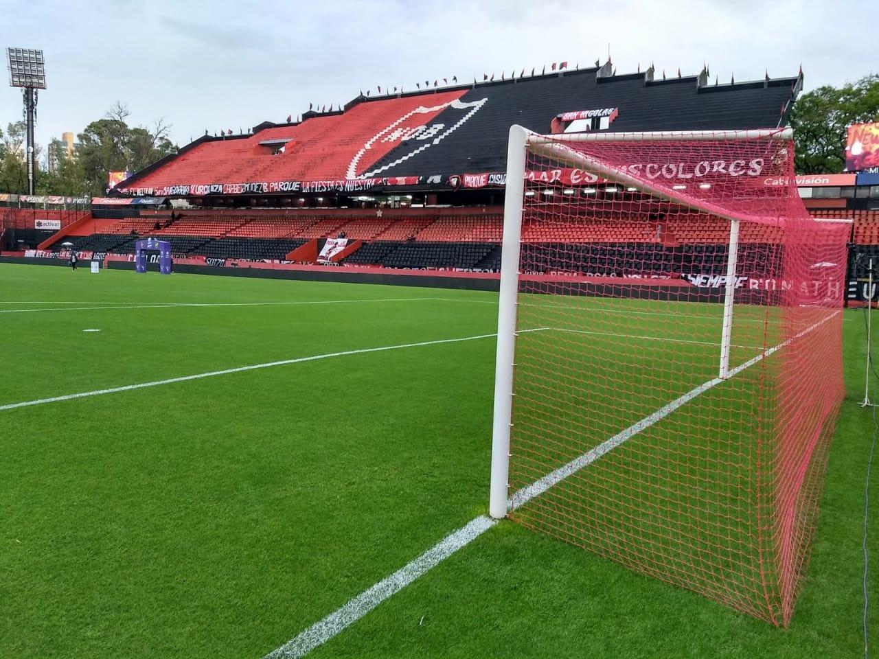El Coloso se banca la lluvia y espera por el partido.