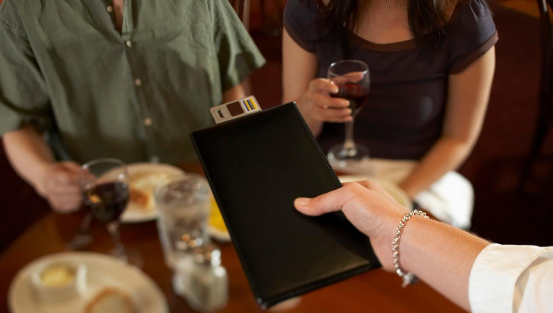 No todos cobran el servicio de mesa, un ítem que al comensal le cae indigesto.