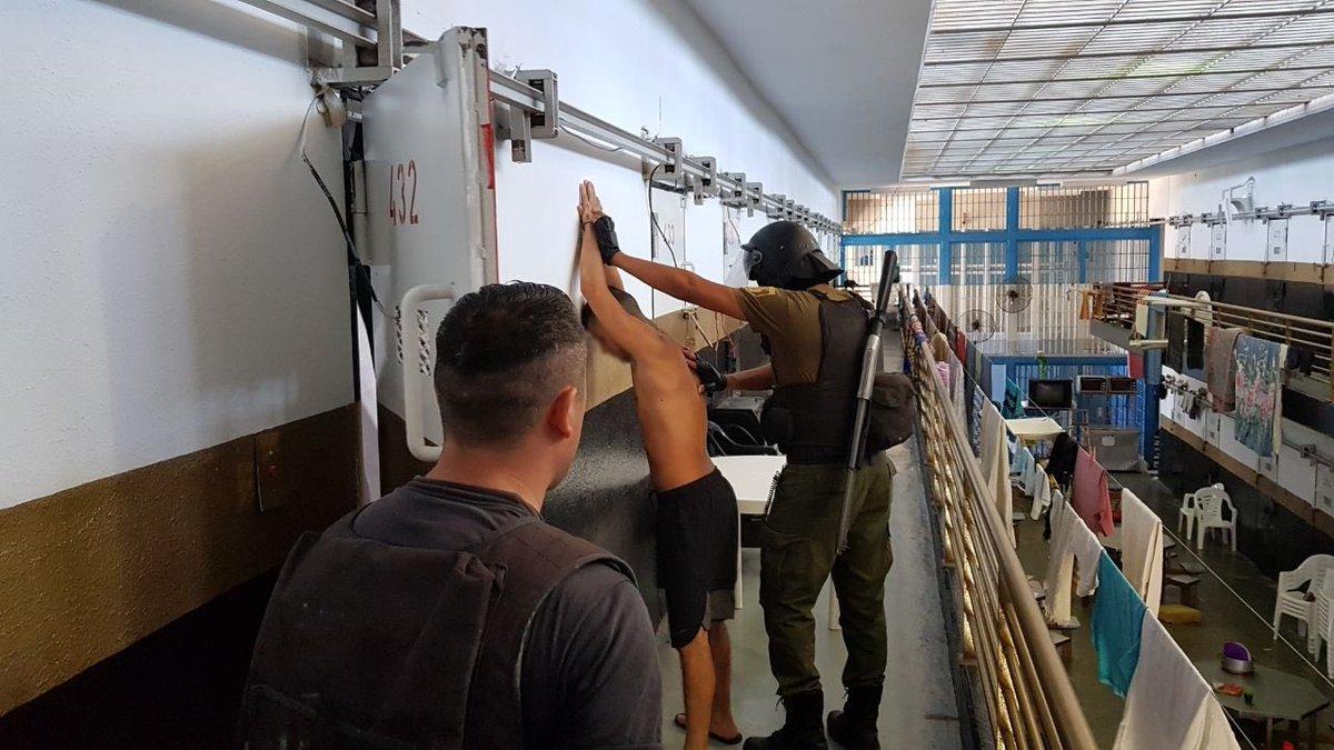 La restricción sobre la vianda de las visitas a los detenidos sobrevino luego de allanamientos en la cárcel de Piñero que comprobaron la tenencia de teléfonos celulares por parte de varios internos.