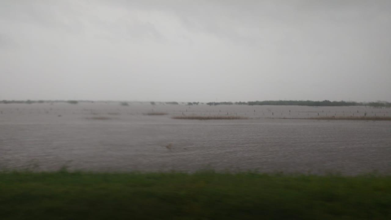 El temporal afecta a la región: campos anegados junto a la autopista a Santa Fe.