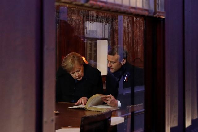 Merkel y Macron firmaron el libro histórico dentro del vagón de armisticio simbólico.